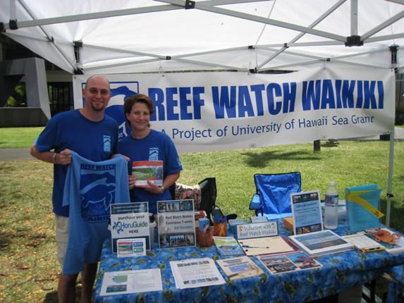 Volunteers Kim and Pete Moraski dispense information about the Sea Grant program's Reef Watch Waikīkī.