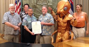 From left to right: David Duffy, UH Department of Botany and PCSU; Randy Bartlett, Hawaiʻi Invasive Species Council; Gov. David Ige; Scott Enright, Hawaiʻi Department of Agriculture; a giant little fire ant and Erin Bishop, Oʻahu Invasive Species Committee.